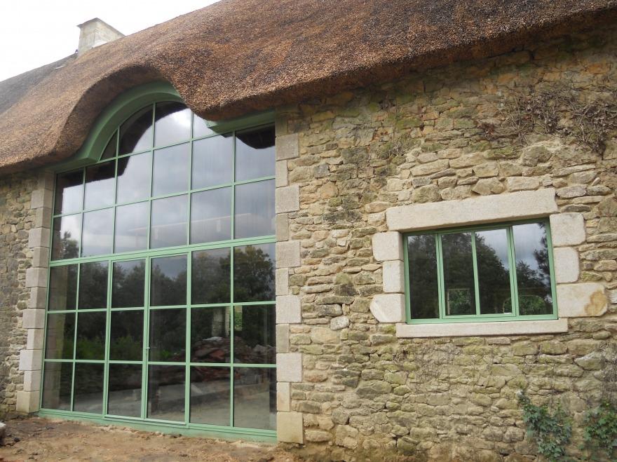 Baie vitrée en acier dans une ferme