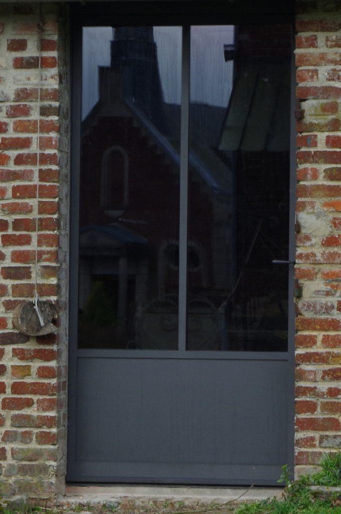 Porte en acier pour une maison en brique