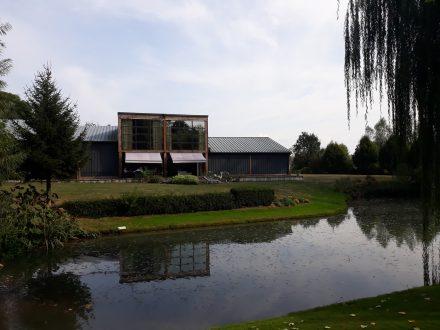 Baie vitrée en acier maison en bois