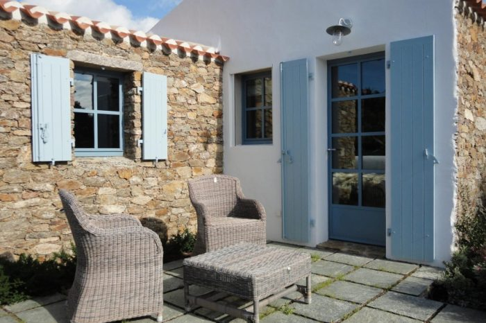 Porte et fenêtre en acier sur une maison de l'Île d'Yeu