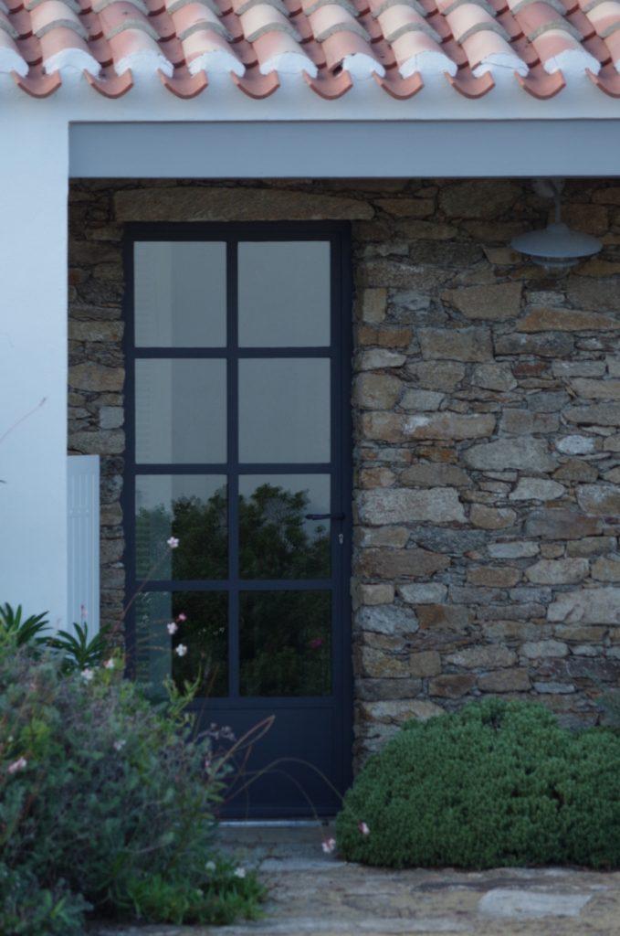 Porte en acier maison en pierre